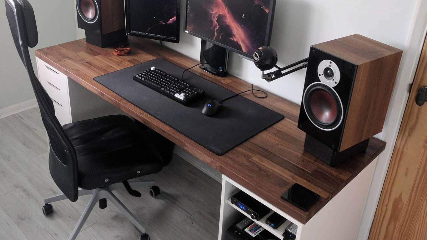 Gallery image of Wooden setup with big Loudspeakers